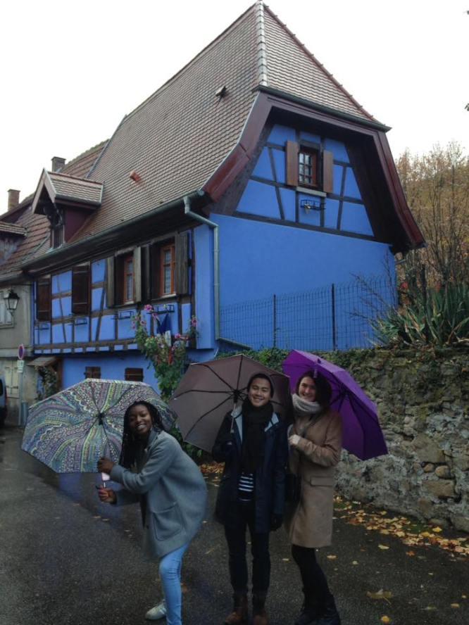 maison-bleue-parapluies